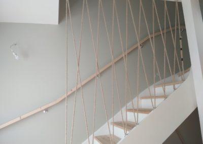 Garde corps en cordage dans un escalier
