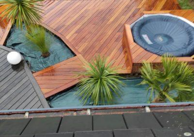 Terrasse bois avec filet et jacuzzi